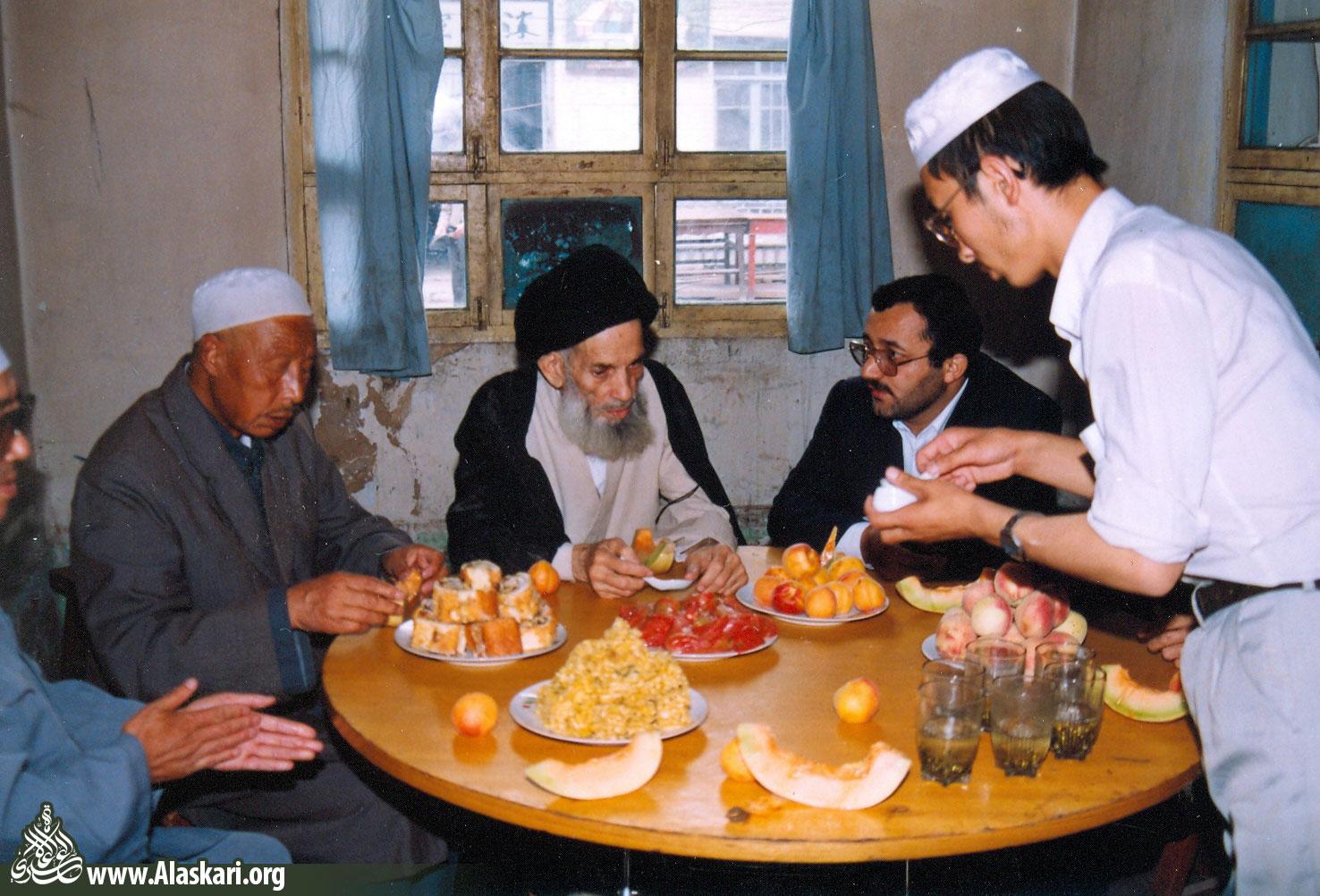 علامه عسکری در دفتر امام جماعت مسجد شیگون شهر لانچو به صرف میوه با همراهان گفتوگو کردند.