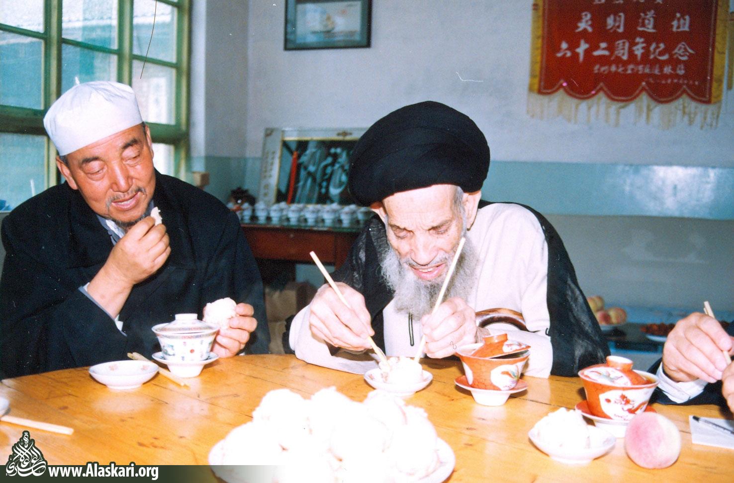 ناهار متفاوت علامه عسکری همراه با امام جماعت مسجد شیگون شهر لانچو-چین